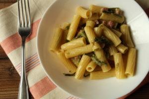 Rigatoni con asparagi selvatici e pancetta affumicata